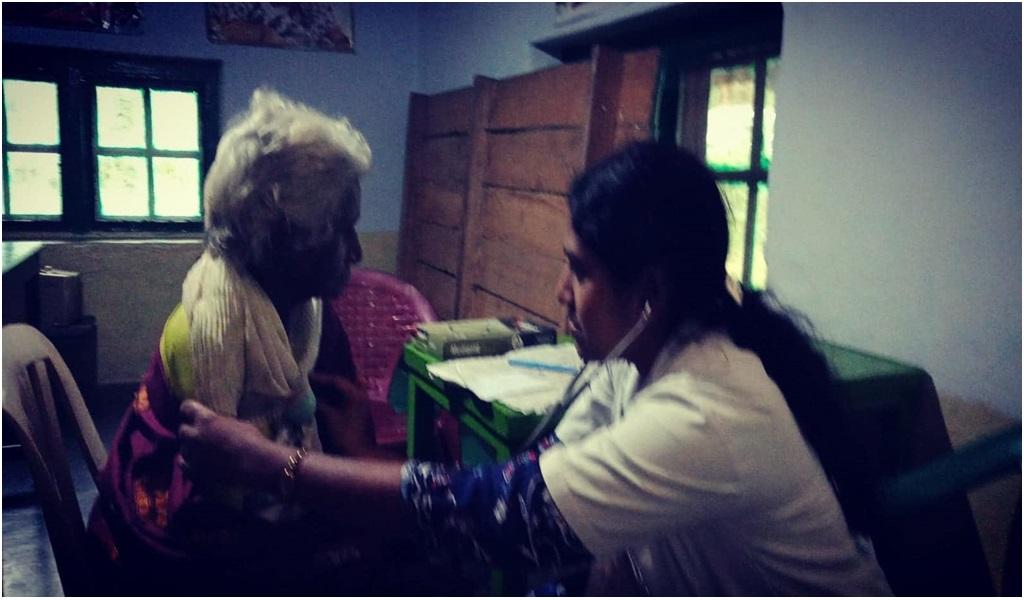 கேரளா வெள்ளப்பாதிப்புப் பகுதியில் இலவச ஆயுர்வேத மருத்துவ முகாம் - படம் - 12