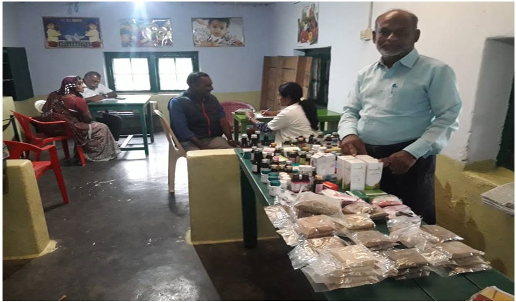 கேரளா வெள்ளப்பாதிப்புப் பகுதியில் இலவச ஆயுர்வேத மருத்துவ முகாம் - படம் - 13