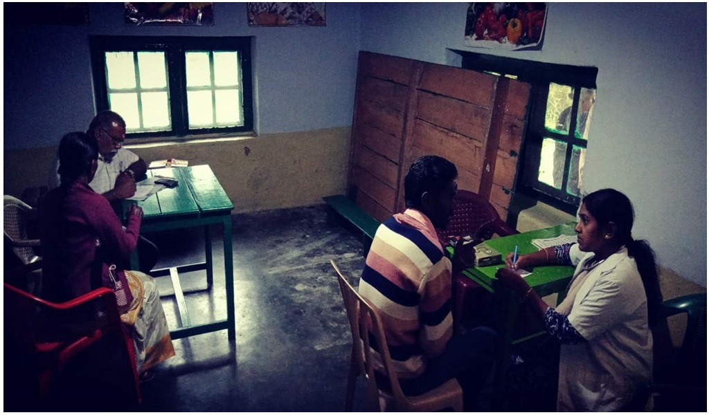 கேரளா வெள்ளப்பாதிப்புப் பகுதியில் இலவச ஆயுர்வேத மருத்துவ முகாம் - படம் - 9